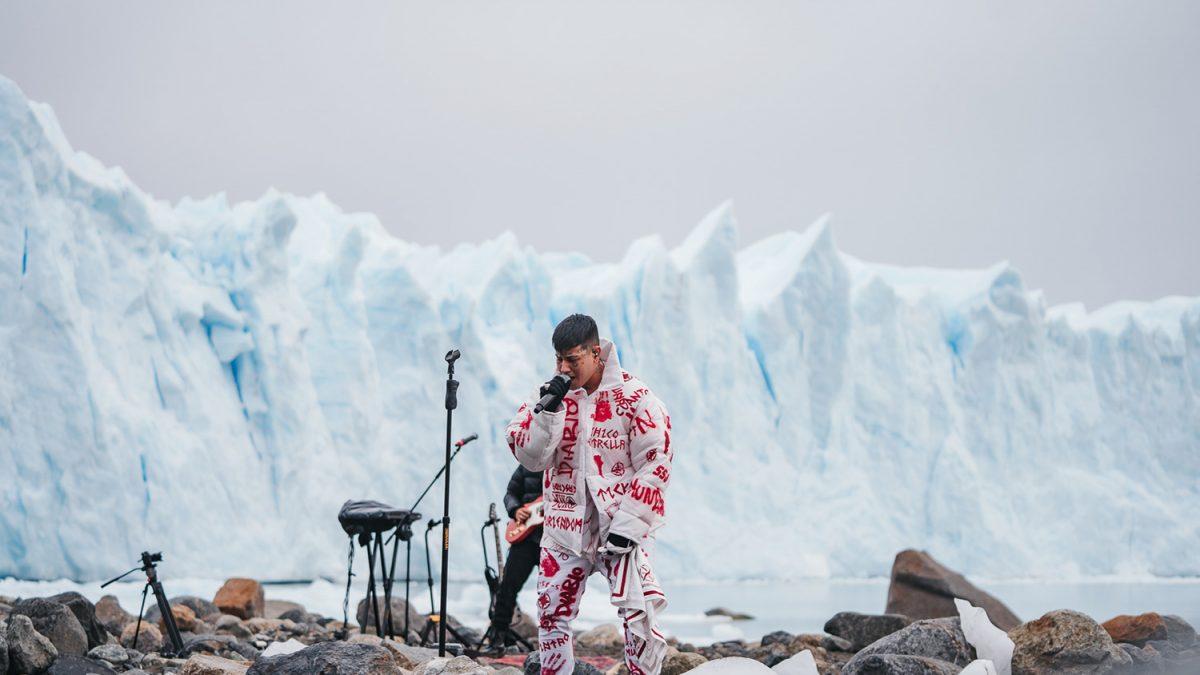 Duki ofreció un performance épico desde un Glaciar en Argentina